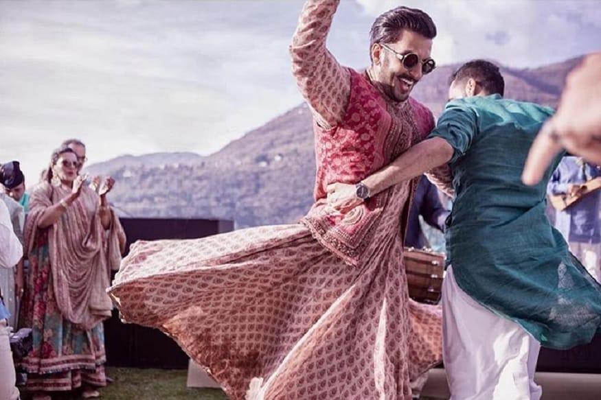 इटलीणत रंगलेल्या लग्न सोहळ्यात रणवीर सिंग नाचताना दिसत आहे. रणवीरच्या लग्नाचे कपडे शाही पद्धतीचे होते. रणवीरचा शाही लुक या फोटोतून पहायला मिळतं आहे.