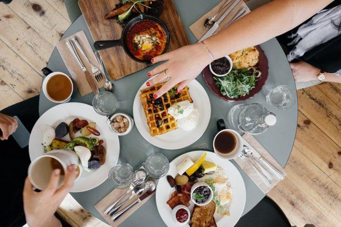 सकाळचा नाश्ता आणि दुपारचं जेवण यात कमीत कमी ४ तासांचं अंतर आवश्यक आहे. दुपारचं जेवण ४ वाजण्याच्या आत करा.