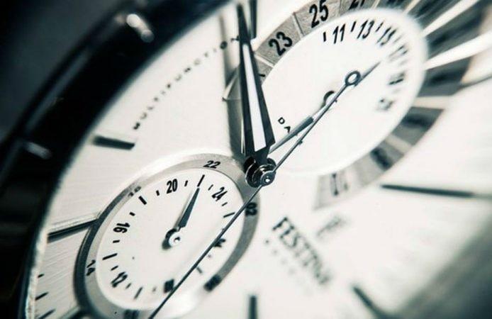 वास्तुनुसार, घरात खराब किंवा बंद घड्याळ कधीही ठेवू नये. यामुळे घरात नकारात्मकता येते.