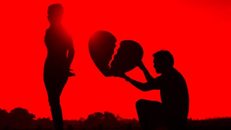 सध्या गुन्हेगारी इतकी वाढली आहे की प्रेमाचा रंग नेमका कोणता आहे हे ओळखनदेखील कठीण झालं आहे. प्रेमाच्या काळ्या रंगाचा असा एक धक्कादायक प्रकार समोर आला आहे. लिव्ह-इन रिलेशनमध्ये राहणाऱ्या एका युवकाने त्याच्या गर्लफ्रेंडचा गळा कापून हत्या केली. कारण...