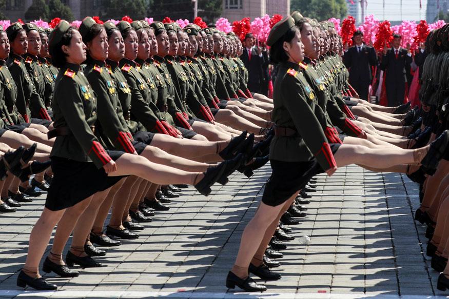 उत्तर कोरियातील प्याँग्याँगमध्ये उत्तर कोरियाच्या 70 व्या वर्धापन दिनानिमित्त लष्कराच्या परेडसाठी सज्ज झालेल्या महिला सैनिक पाहायला मिळाल्या.