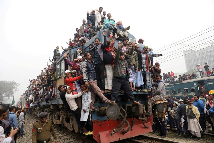 बांगलादेशमधील ढाकाजवळ तुराग नदीवर शेवटच्या प्रार्थनेनंतर मुस्लिमांनी ट्रेन पकडण्साठी केलेली गर्दी इतकी होती की लोक अक्षरष: ट्रेनवर चडले होते.
