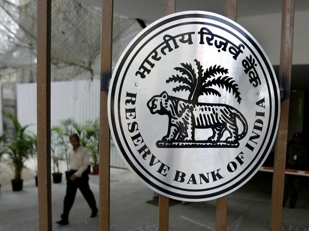 RBI चं सर्क्युलर- या कागदपत्रांबद्दल जुलै २०१७ मध्ये भारतीय रिझर्व्ह बँकेने सविस्तर सांगितले होते. बँकेत खातं सुरू करण्यासाठी आवश्यक कागदपत्र देणं अपरिहार्य आहे. यामुळे काळ्या पैशांवर रोख लावली जाते. जुलै २०१७ च्या पूर्वी सांगितलेली कागदपत्र अजूनही मान्य असतील.