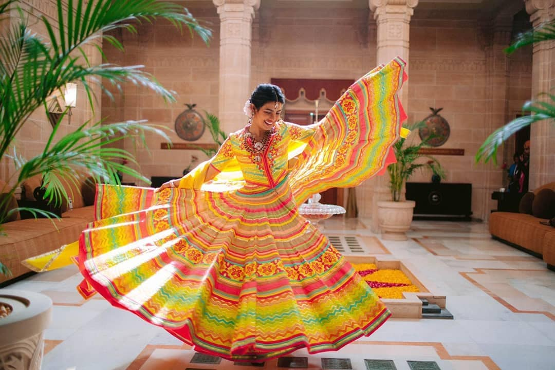 बॉलिवूडच्या प्रसिद्ध अभिनेत्री प्रियांका चोप्राच्या लग्नाला सुरुवात झाली आहे. नुकताच तिचा रंगबेरंगी ड्रेसमधील फोटो समोर आला आहे. ज्यात प्रियांका फारचं सुंदर दिसत आहे.