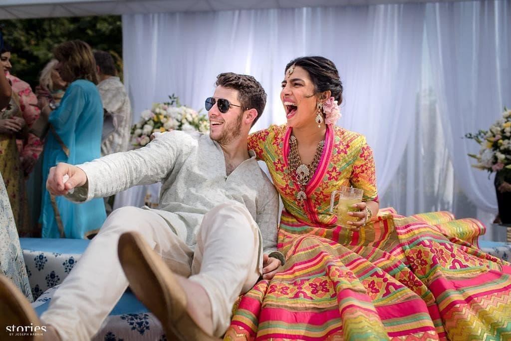 प्रियांका आणि निक यांचा संगीत कार्यक्रमातील फोटो आहे. जोधपूरमध्ये उमेद भवनमध्ये लग्नाची जोरदार तयारी सुरू आहे. त्यातीलच एक धमाल करत असतानाचा निक आणि प्रियांका हा फोटो.