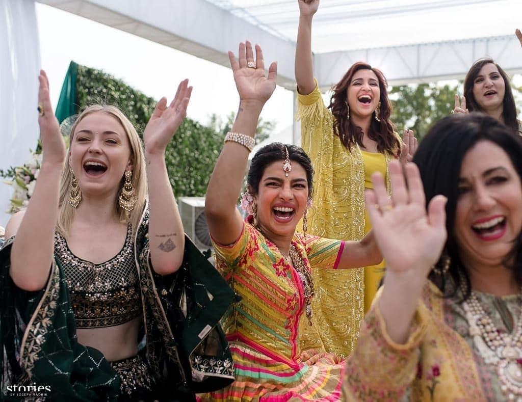 प्रियांका चोप्रासह कुटुंबातील बहिणी आणि अभिनेत्री परिणिती चोप्रादेखील दिसून आली. प्रियांकाच्या बॅचरल पार्टीपासून ते आता संगीत कार्यक्रमापर्यंत तिने चार चाँद लावले आहेत. सगळ्या सोहळ्यामध्ये परिणितीचा हटके अंदाज दिसतो आहे.