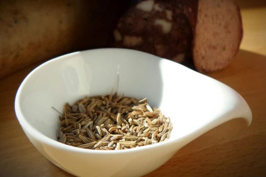 जिरं आणि गूळ हे स्वयंपाकघरात सहज उपलब्ध असणारे पदार्थ अनेक आजारांवर आणि वेदनांवर गुणकारी आहे.