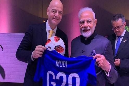 पंतप्रधान मोदींना चढला फुटबॉलचा ज्वर, 'फिफा'च्या अध्यक्षांकडून मिळाली 'खास' भेट