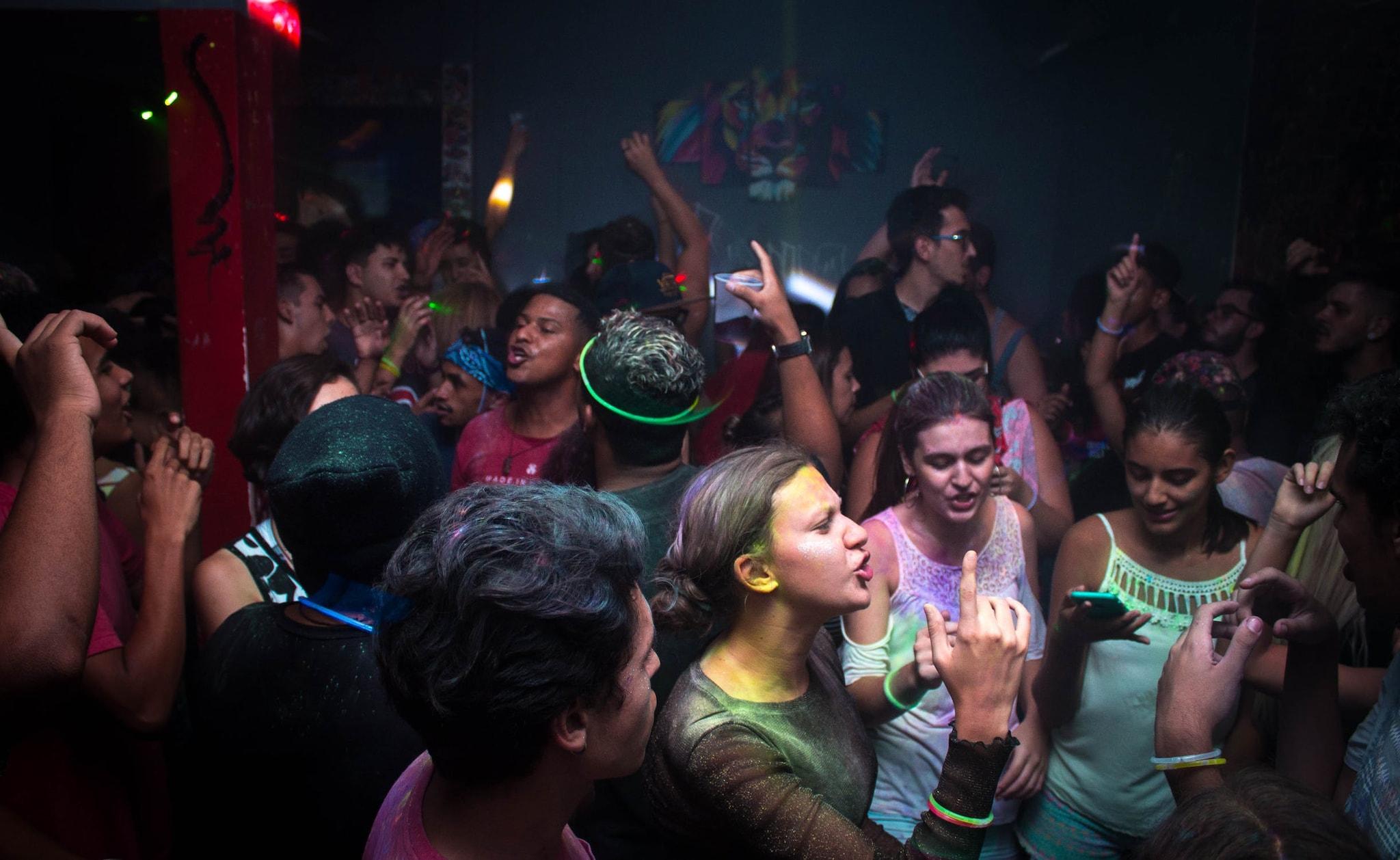 तुम्हाला उत्साहाने पूर्ण वातावरण हवं असेल तर गोवा तुमचीच वाट पाहत आहे. समुद्र, हिरवळ आणि थंडी हे कॉम्बिनेशन हनिमूनसाठी अगदी योग्य आहे. बीच किनारी तुम्ही पार्टीची मजा लुटू शकता. तसंच क्लबमध्ये जाऊनही पार्टी करु शकता.