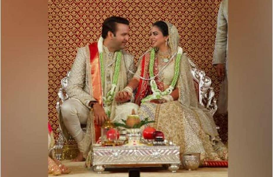 1.ईशा अंबानी आणि आनंद पिरामल यांच्या लग्नातली एक खास गोष्ट. ईशानं लग्नासाठी बांगड्या कुठून भरल्या माहीत आहे? राजस्थानच्या या 150 वर्षं जुन्या दुकानाची ही गोष्ट.