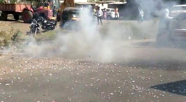 राज ठाकरे यांचा ताफा दाखल होताच कार्यकर्त्यांनी फटाके फोडून स्वागत केलं.