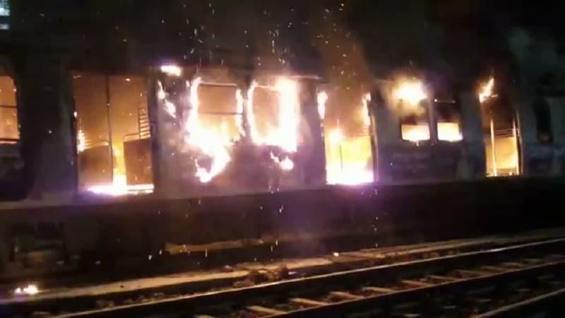 लोकलचे डबे जळून खाक- ठाण्यात मध्यरात्री एकच्या सुमारास रेल्वे स्टेशन फलाट क्र. 1च्या साईडींग वरील छत्रपती शिवाजी महाराज टर्मिनल्सवरून आलेल्या रेल्वे डब्याला आग आगली होती. रेल्वेच्या डब्बा क्र. 2010 बी मोटर कोच या डब्याला ही आग लागली होती. या आगीत हा डब्बा जळून खाक झाला होता.