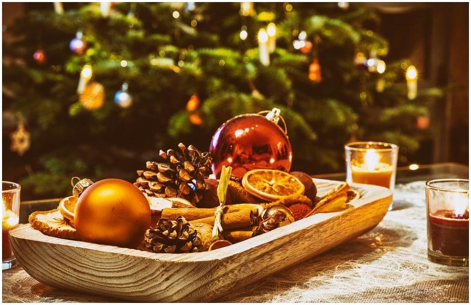 कोलंबियामध्ये मेरीप्रती आपली श्रद्धा व्यक्त करण्यासाठी लिटिल कँडल डेपासूनच नाताळची सुरुवात होते. लिटिल कँडल डे ७ डिसेंबरला साजरा केला जातो. या दिवशी कोलंबियातील प्रत्येक घर आणि घराचा प्रत्येक कोपरा कँडल्सनी उजळून निघतो.