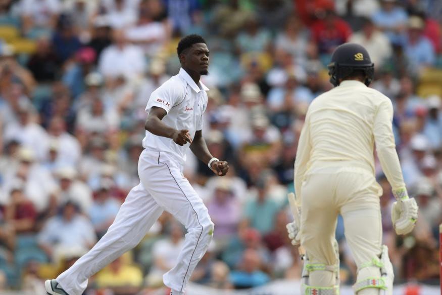 10 व्या षटकानंतर वेस्ट इंडिजच्या घातक गोलंदाजीला सुरूवात झाली. यात केमार रोचने इंग्लंडच्या निम्म्या संघाला पॅव्हेलियनमध्ये पाठवले. त्याने फक्त 17 धावा दिल्या.