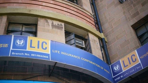 LIC ने IDBI बँकेचे प्रति शेअर 61 रुपयात खरेदी केले आहेत. विमा नियमक आणि प्राधिकरणाने मंजुरी दिल्यावर बँकेनं LIC ला प्रोमोटर रुपात मान्यता दिली आहे.