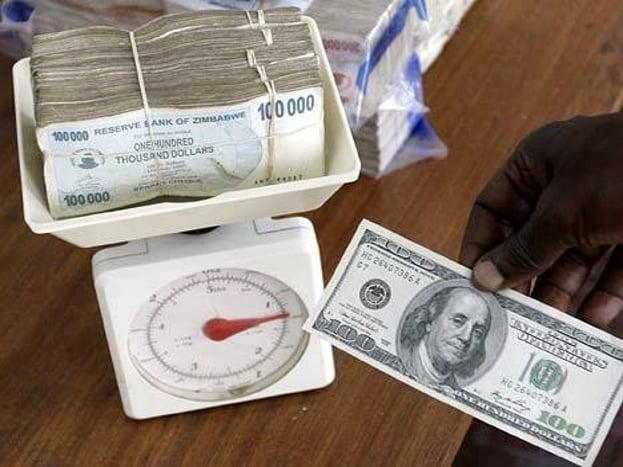 1980 ते 2009 पर्यंत झिम्बॉम्बेचं चलन झिम्बॉम्बियन डॉलर होतं. या देशात दक्षिण आफ्रिका, जपान, चीन, ऑस्ट्रेलिया, अमेरिका यासह भारतीय चलनही इथं वापरलं जातं.