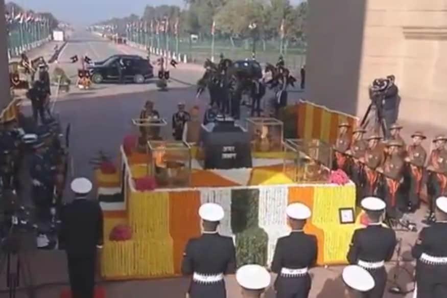 पंतप्रधान देशासाठी बलिदान दिलेल्या शहीदांना अमर ज्योती स्मारक येथे श्रद्धांजली वाहतात.