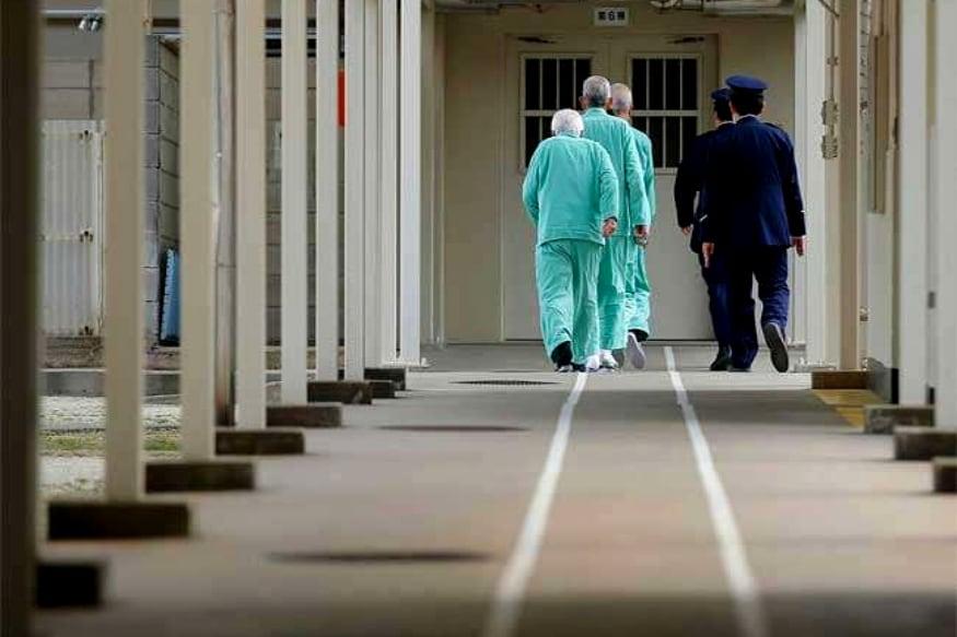 तुरुंगातल्या कर्मचाऱ्यांना रुग्णाचं डायपर बदलणं, आंघोळ घालणं ही कामं करावी लागतात.