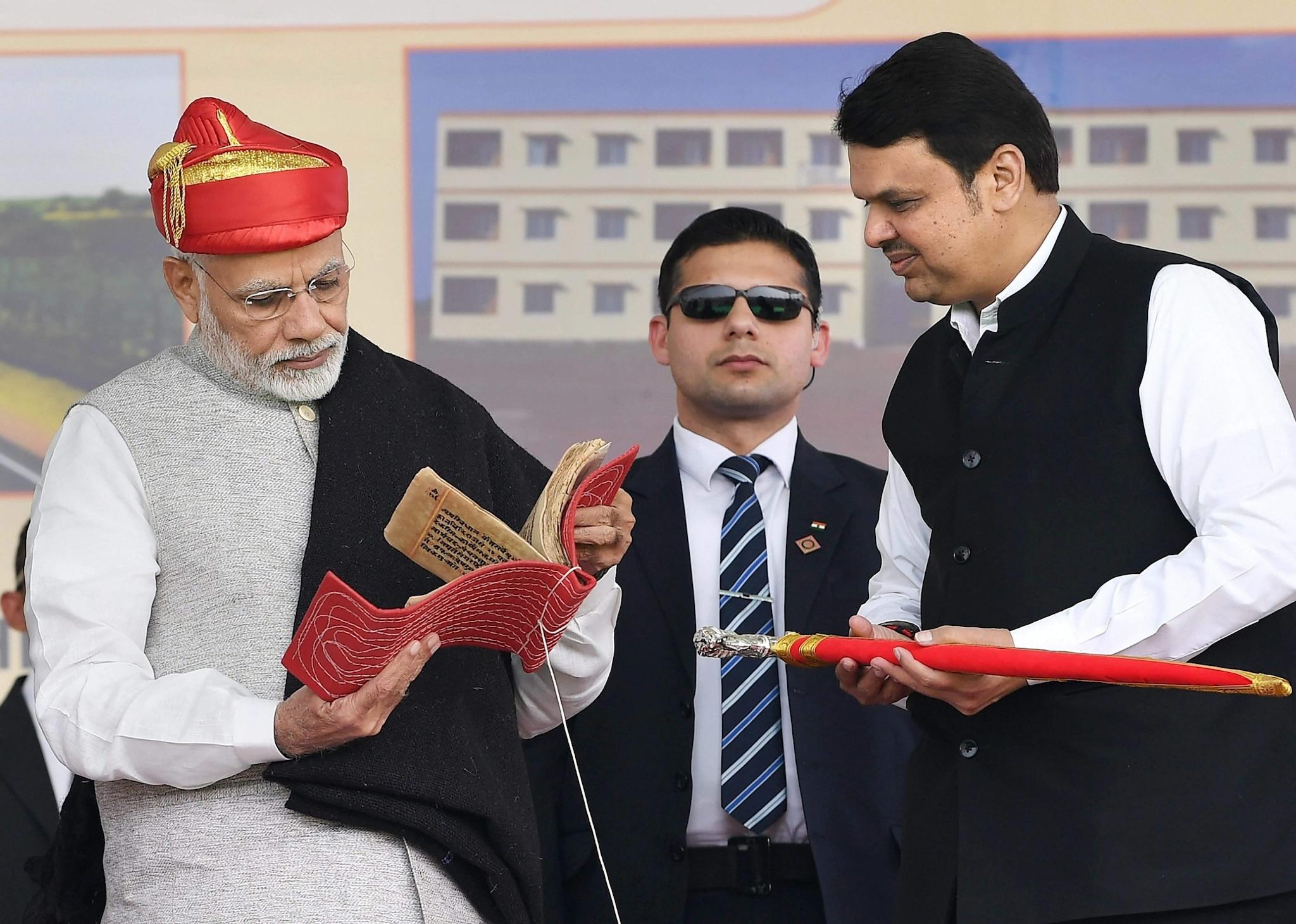 मोदींनी भाषणाच्या वेळी पुणेरी पगडी परिधान केली होती. मुख्यमंत्री देवेंद्र फडणवीस यांना मोदींना तलवार भेट दिली आणि घोंगडीही.