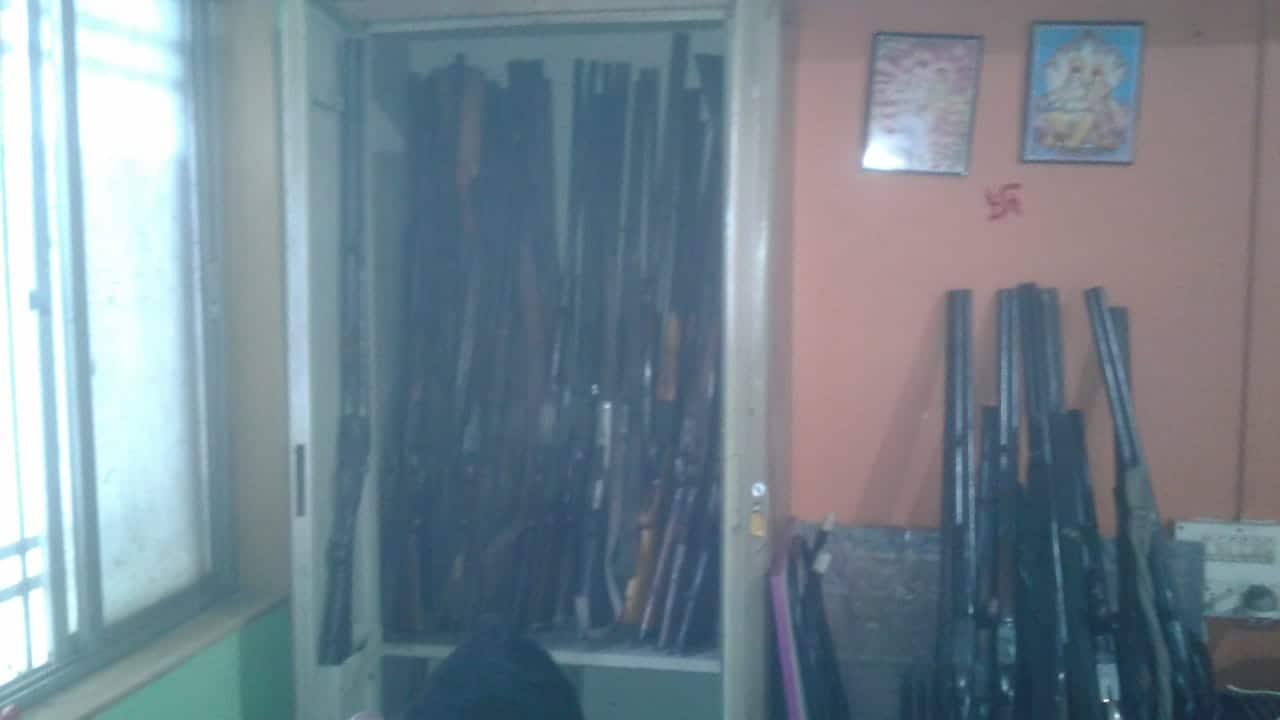 पोलिसांनी सिंगल आणि डबल बारच्या 55 बंदुका जप्त केल्या आहेत व प्रकाश यादवला अटक केली आहे.