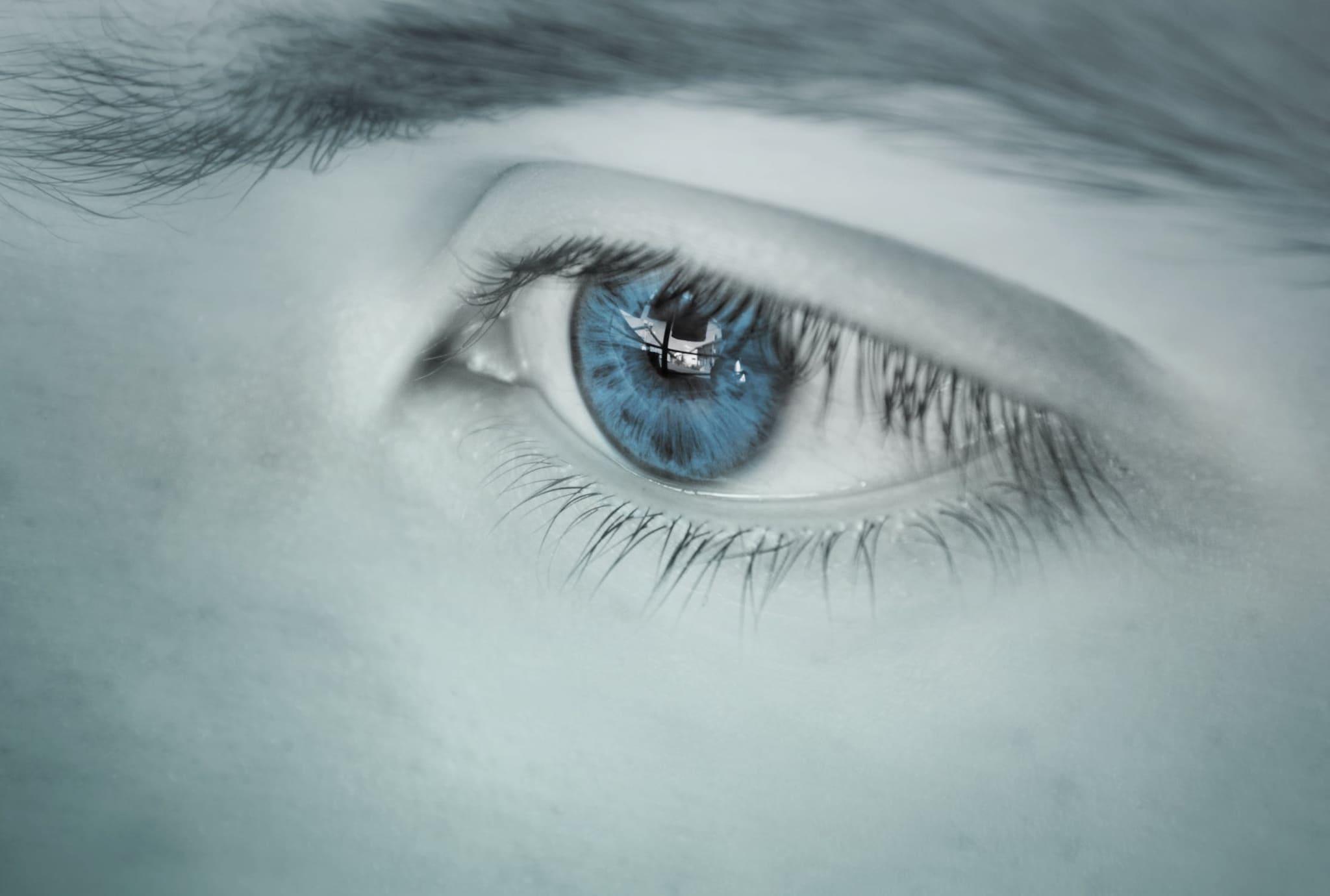 संशोधनात हे सिद्ध झालं आहे की, अनेकदा कॉन्टॅक्ट लेन्स लावून झोपलेल्या व्यक्तीच्या डोळ्यात इतकं गंभीर इन्फेक्शन होतं की त्यांना ट्रान्सप्लँटचं ऑपरेशन करावं लागतं.