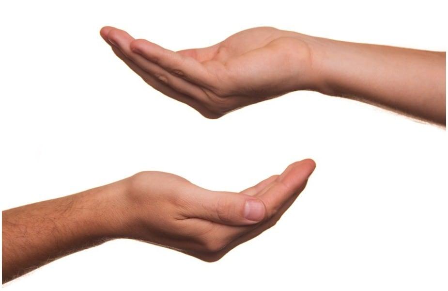 हिंदू धर्मात दानाला फार महत्त्व आहे. दान केल्यावर पुण्य मिळतं त्याचप्रमाणे आपली पापंही कमी होतात असं पुराणात म्हटलं आहे. त्यामुळे ग्रहण संपल्यानंतर एका गरजू व्यक्तीला त्याला हवी असलेली वस्तू दान करा.