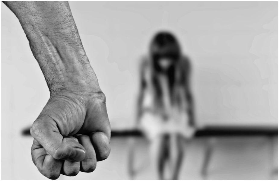 या सर्वेत असं समोर आलंय की 54 टक्के लोकांना स्त्री न सांगता घराबाहेर गेली तर तिला मारहाण करणं चुकीचं नाही.