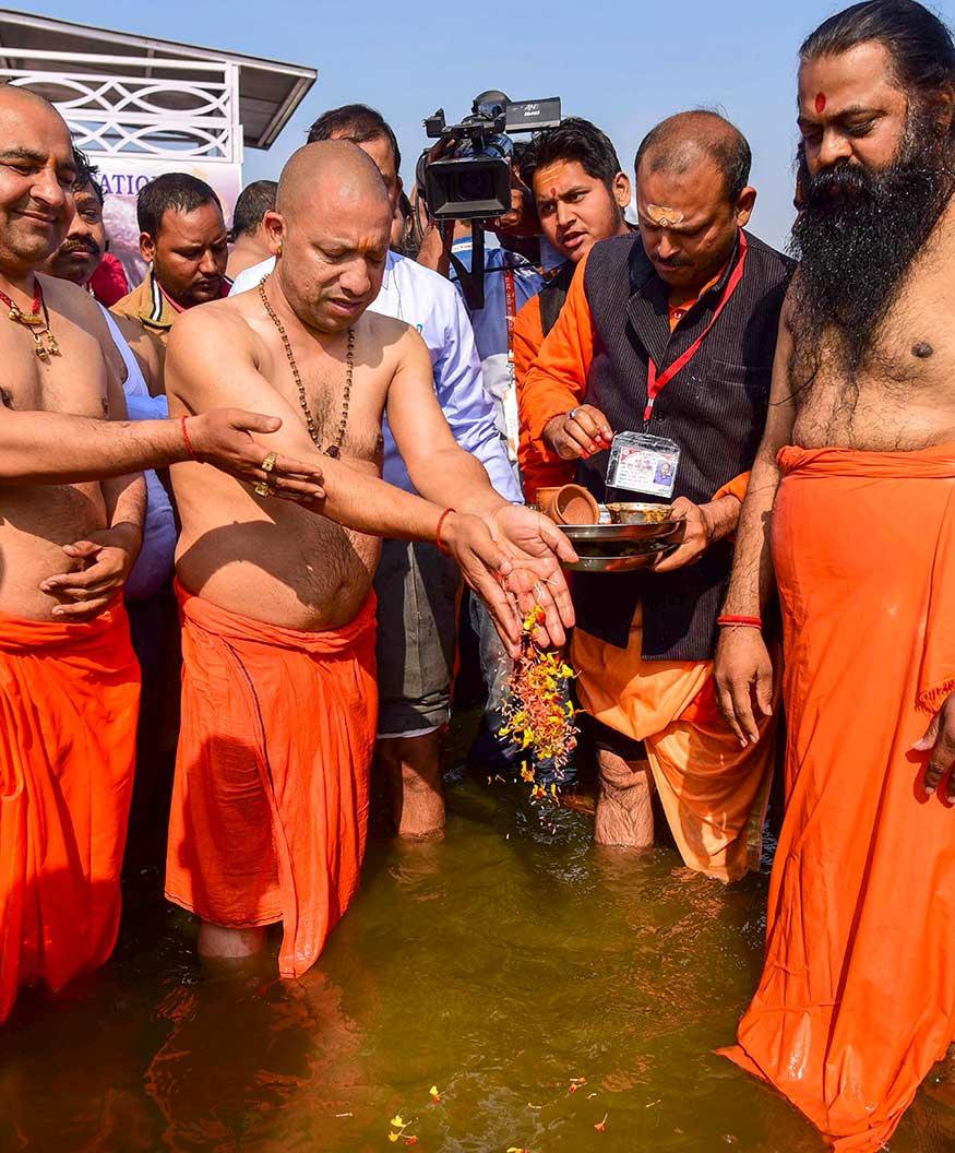 काँग्रसचे अध्यक्ष राहुल गांधी आणि नवनियुक्त सरचिटणीस प्रियांका गांधी याही 5 फेब्रुवारीला कुंभमेळ्यात स्नान करणार आहेत. त्यामुळे योगींच्या आजच्या स्नानाला महत्त्व प्राप्त झालं आहे.
