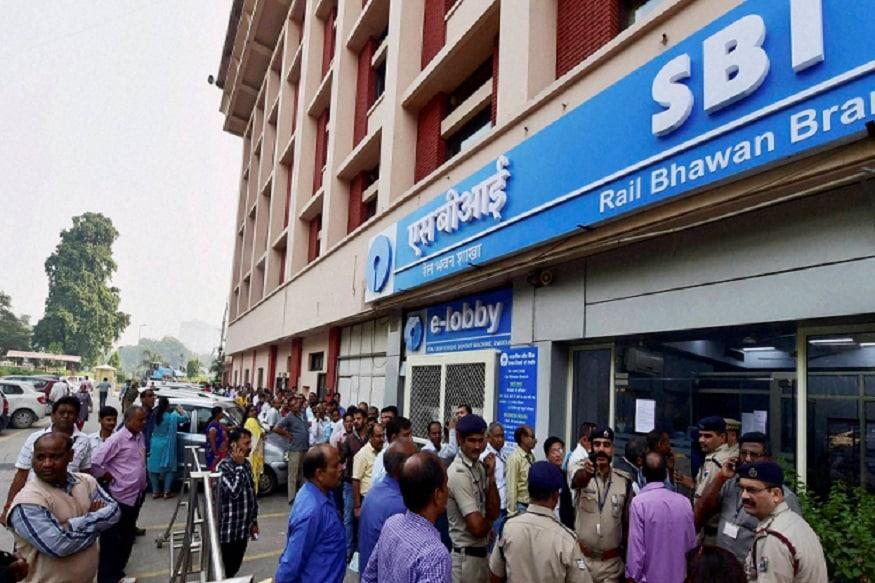 देशातील सर्वात मोठी बँक SBI त्यांच्या ग्राहकांना चांगली आणि सुरक्षित बँकिंग सुविधा देण्यासाठी नेहमी प्रयत्न करत असते. आता ग्राहकांना फसवणुकीपासून सावध राहण्यासाठी बँक टिप्स देत आहे. ऑनलाईन फसवणूक कशा प्रकारे केली जाते याची माहिती एसबीआयने दिली आहे.