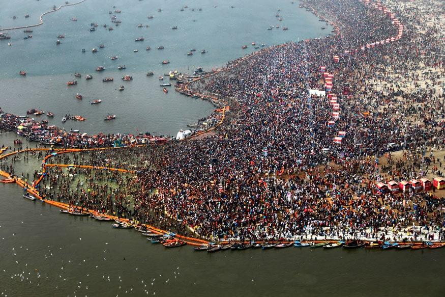2019च्या कुंभमेळ्यात हिंदू पवित्र पाण्यात डुबकी घेतायत (Image: AP)