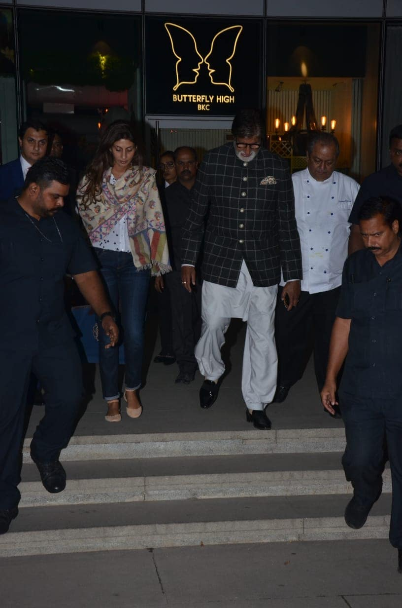 बॉलिवूडचे महानायक अमिताभ बच्चन आणि मुलगी श्वेता बच्चनही एका रेस्तराँमधून बाहेर येताना दिसले.