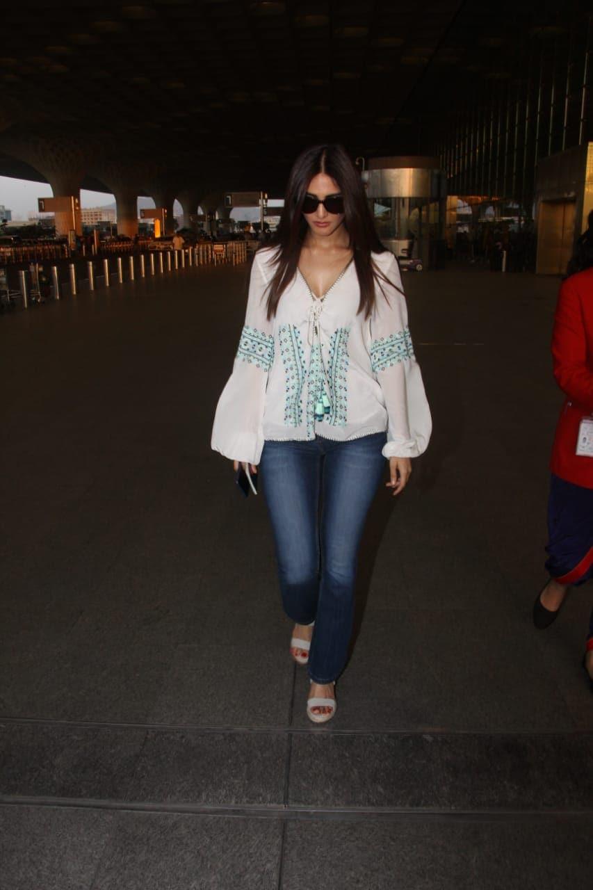 अभिनेत्री वाणी कपूरही मुंबई एअरपोर्टवर दिसली.