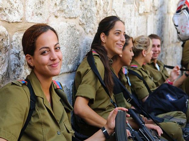 सगळ्यात आश्चर्याची गोष्ट म्हणजे, इस्रायली स्त्रियांना लष्करी प्रशिक्षण घेणं आवश्यक आहे.