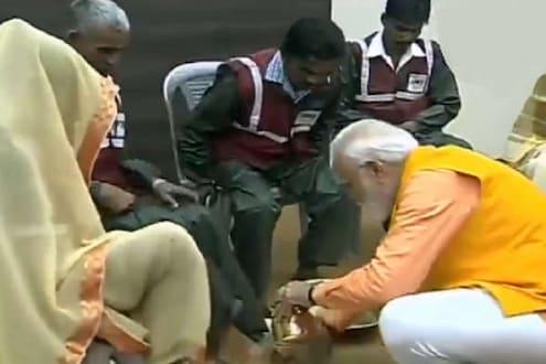 पंतप्रधानांनी धुतले 'स्वच्छता दुतां'चे पाय, सफाई कर्मचाऱ्यांच्या कामाला अभिवादन!
