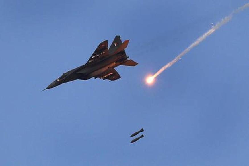 भारताने पाकव्याप्त काश्मीरमध्ये असलेल्या दहशतवादी ठिकाणांवर एअर स्ट्राइक केलं. या हवाई हल्ल्यासोबत भारत पाकिस्तानकडून होणाऱ्या कोणत्याही पलटवारसाठी तयार आहे. यासाठी खास अवॅक्स सिस्टीम सक्रीय करण्यात आली आहे. भारताकडे इस्ररायली आणि इण्डिजनस अवॅक्स सिस्टीम आहे. भारताची अवॅक्स सिस्टीम DRDO ने तयार केली आहे. (फाइल फोटो)