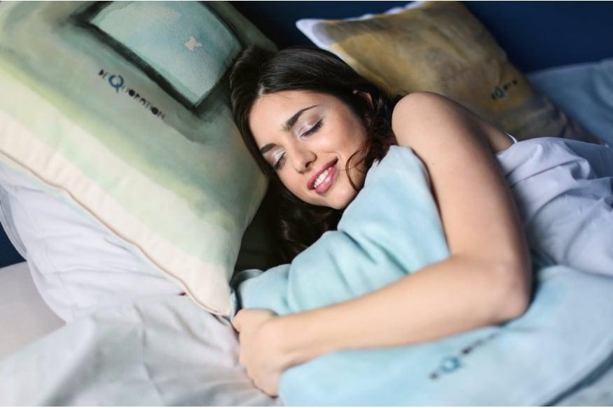 अनेक जण झोपेत स्वप्न पाहतात. अनेकांना स्वप्नात काही धक्कादायक देखील दिसून येतं. त्यानंतर आपण दिवसभर याचा अर्थ काय? याच विचारात असतो.