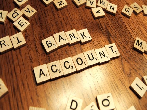 अनेक बँकात सेव्हिंग अकाऊंट असली तर आर्थिक नुकसानही होऊ शकतं. तुम्हाला एका खात्यातून 4 ते 8 टक्के पैसे मिळतात. पण हेच पैसे एकत्र केलेत आणि दुसरीकडे गुंतवलेत तर जास्त फायदा होऊ शकतो.