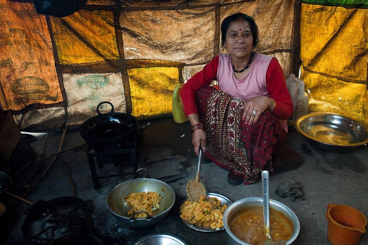 स्त्री गरोदर असेल तर तिनं चुलीवर जेवण अजिबातच शिजवू नये. चुलीतला धूर गर्भाला अपाय करू शकतो.