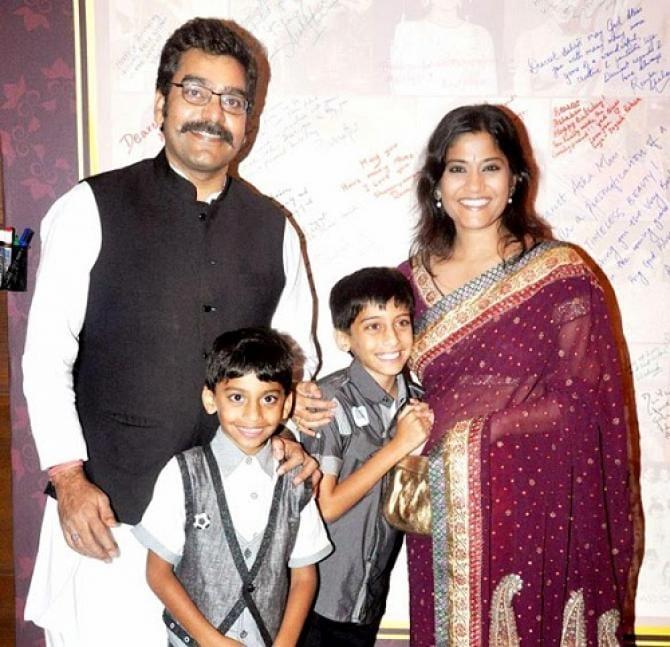 रेणुका-आशुतोषची प्रेमकहाणी फोनवरून सुरू झाली होती. राजेश्वरी सचदेवनं दोघांची ओळख करून दिली. मग अडीच वर्षांनी दोघांनी लग्नाचा निर्णय घेतला.