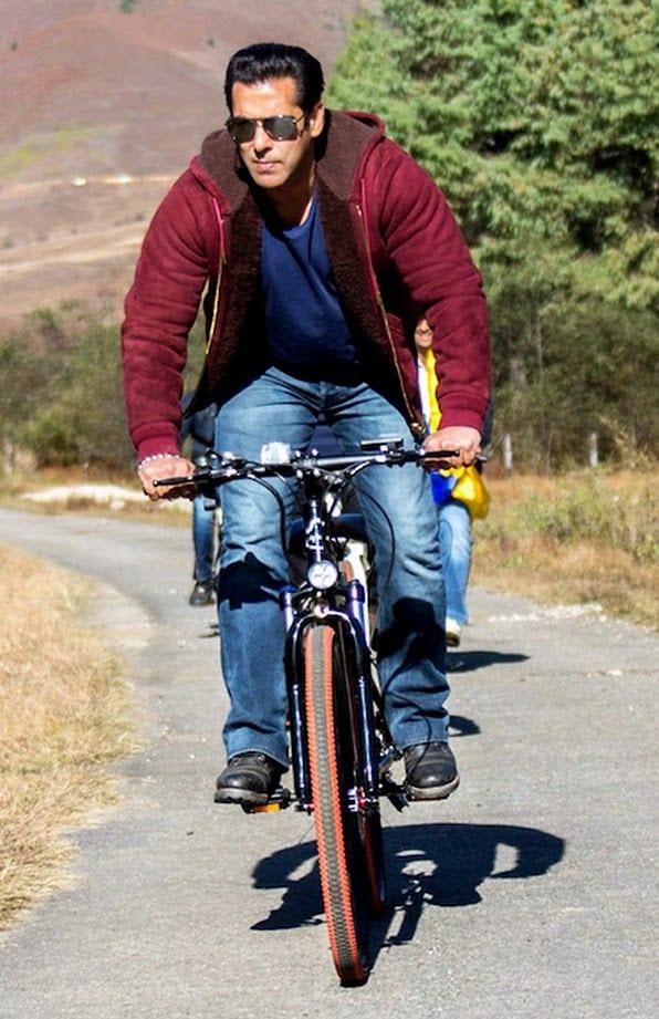 सलमानला सर्वात आवडणारा व्यायाम प्रकार कोणता असेल तर तो आहे धावणे. त्याला धावणं आणि सायकलिंग करणं फार आवडतं. त्याच्या दिवसाची सुरुवात फळं खाऊन आणि व्यायामाने होते.