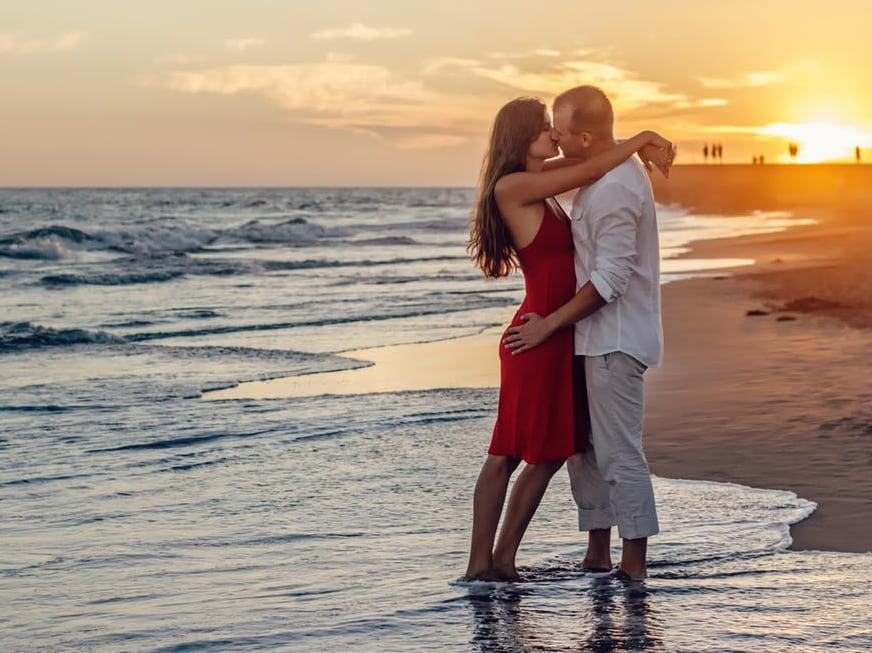 Love Biteही एक प्रकारचा KISS आहे. अचानक जोडीदाराचं प्रेम उफाळून आलं तर तो गालावर KISS घेतो.