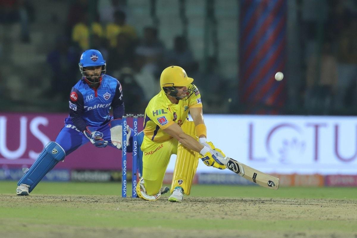 यातील एक षटकार इतका उंच होता की चेंडू थेट स्टेडियममधील प्रेक्षकांच्या हातात पोहचलाय यावेळी प्रेक्षकांनी तिथेच खेळायला सुरुवात केली.