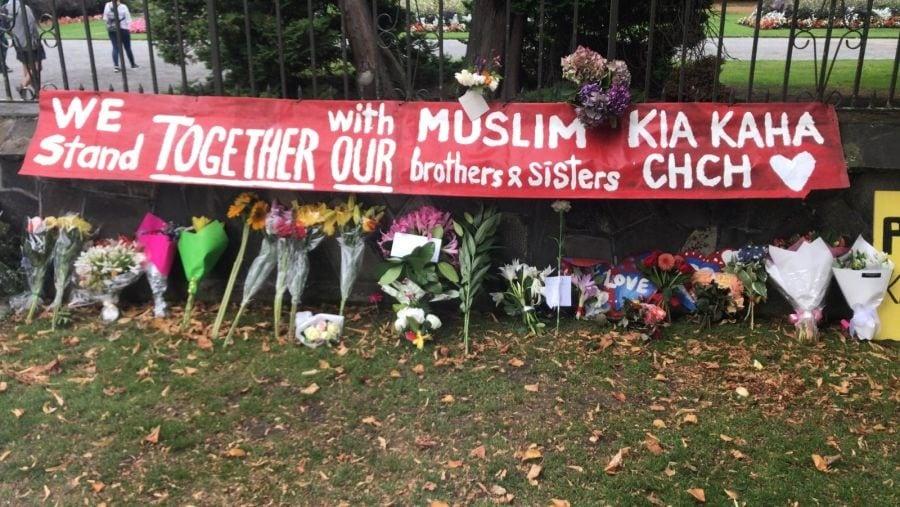 न्यूझीलंडमध्ये झालेल्या गोळीबारातील एका हल्लेखोराची ओळख पटली असून तो ऑस्ट्रेलियाचा आहे. त्याने हल्ला करत असतानाच त्याच्या मागण्या सोशल मीडियावर पोस्ट केल्या होत्या.