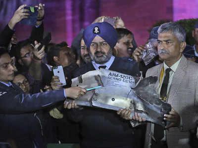 28 फेब्रुवारीला पाकिस्तानचे पंतप्रधान इम्रान खान यांनी त्यांच्या ताब्यात असलेल्या अभिनंदन वर्तमान यांना शुक्रवारी सोडणार असल्याचे जाहीर केलं. त्यानंतर भारताच्या तीनही दल प्रमुखांनी पत्रकार परिषद घेत पाकिस्तानने भारताविरुद्ध एफ 16 वापरल्याचे पुरावे असल्याचं सांगितलं.