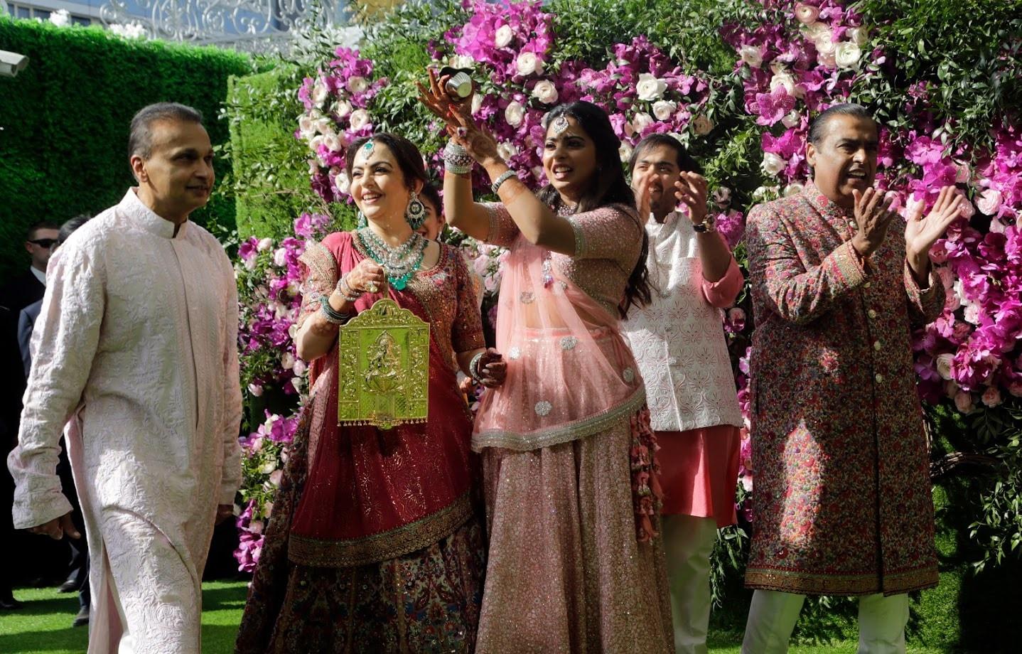 भावाच्या लग्नात बहीण इशा अंबानी फार उत्साहाने साऱ्या पाहुण्यांचं स्वागत करत आहे.