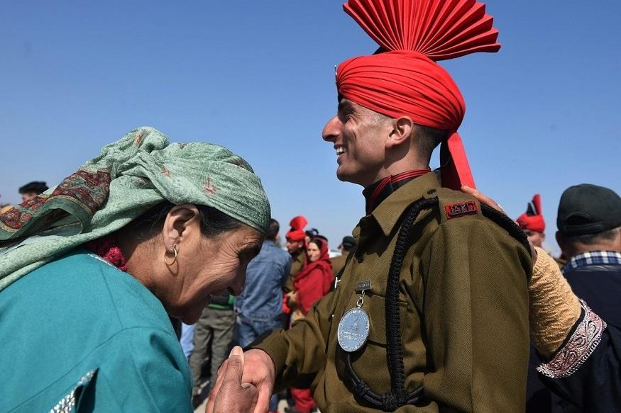 जम्मू काश्मीर लाईट इन्फंट्री रेजिमेंटल सेंटर(JAKLI)च्या 117 व्या पासिंग आउट परेडनंतर जवानांच्या कुटुंबीयांकडून शुभेच्छा आणि आशिर्वाद देताना