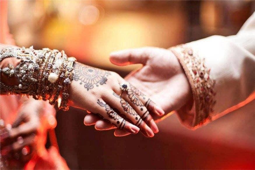 भारतातली लग्न नेहमीच वाजतगाजत होतात. आई-वडील  मुलामुलींच्या लग्नासाठी पैसे जमवतात. विशेष म्हणजे मुलीचं लग्न असेल तर जास्त पैसे साठवले जातात. पण आता काळजी करू नका. LICनं एक खास योजना आणलीय. मुलीच्या लग्नासाठी एलआयसी देणार 27 लाख रुपये.