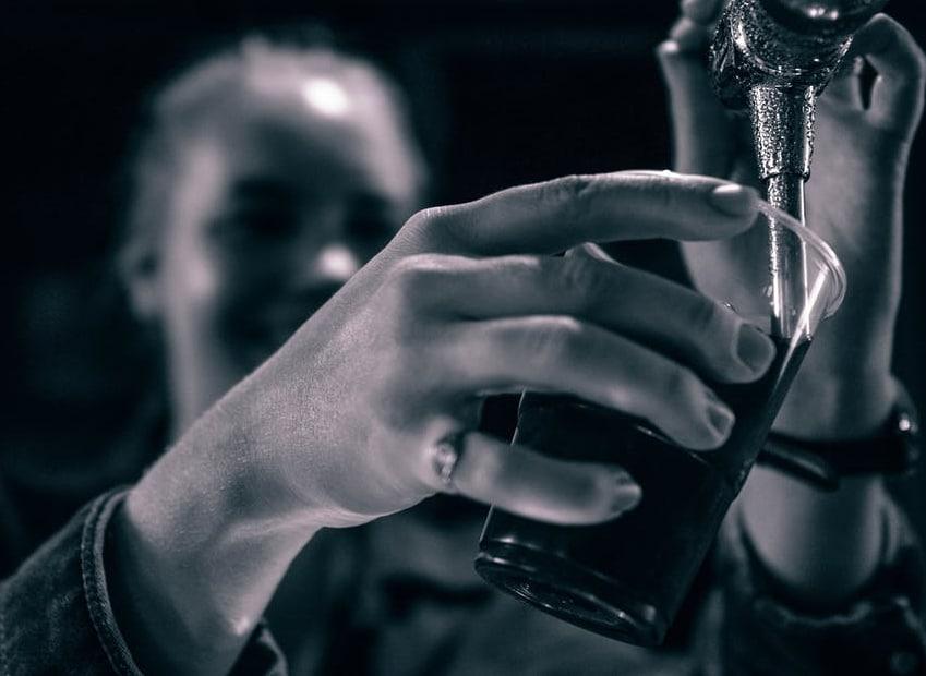 दारू प्यायल्यानं घशाचा आणि लिव्हरचा कॅन्सर होण्याची शक्यता वाढते.