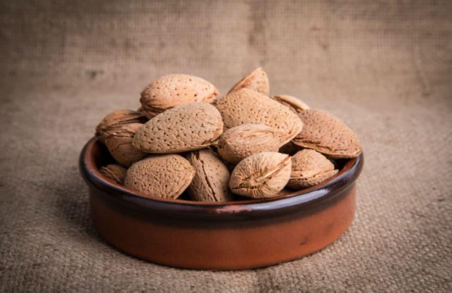 बदामाच्या साली अनेकांना पचत नाही, त्यामुळे रिकाम्या पोटी बदाम खाऊ नका
