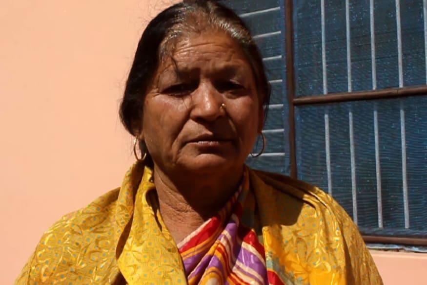 लग्न झालं तेव्हा वय होतं अवघं 16 वर्षे. त्यानंतर केवळ 4 दिवस पतीसोबत आयुष्य जगता आलं. 1971चं युद्ध सुरू झालं आणि पतीला बोलावणं आलं. अखेर एक दिवस पती शहीद झाल्याची बातमी आली. त्या दिवसापासून तब्बल 48 वर्षे चित्रा देवी एकट्यानं आयुष्य जगत आहेत.